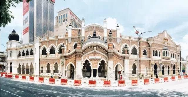 佳 密 清 真 寺 有 著 歐 洲 建 築  的 優  雅 , 來 到 這 一 定 要 來 參 觀 。