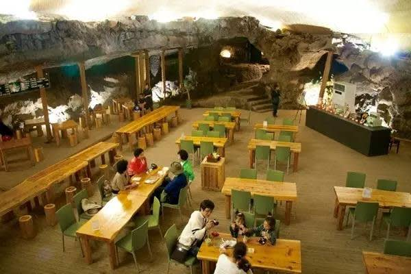 洞 窟 內 喝 咖 啡 。