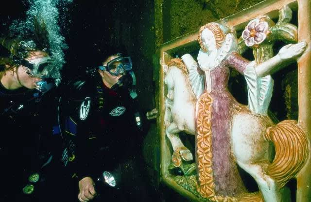 伊 麗 莎 白 的 陶 瓷 雕 塑 。