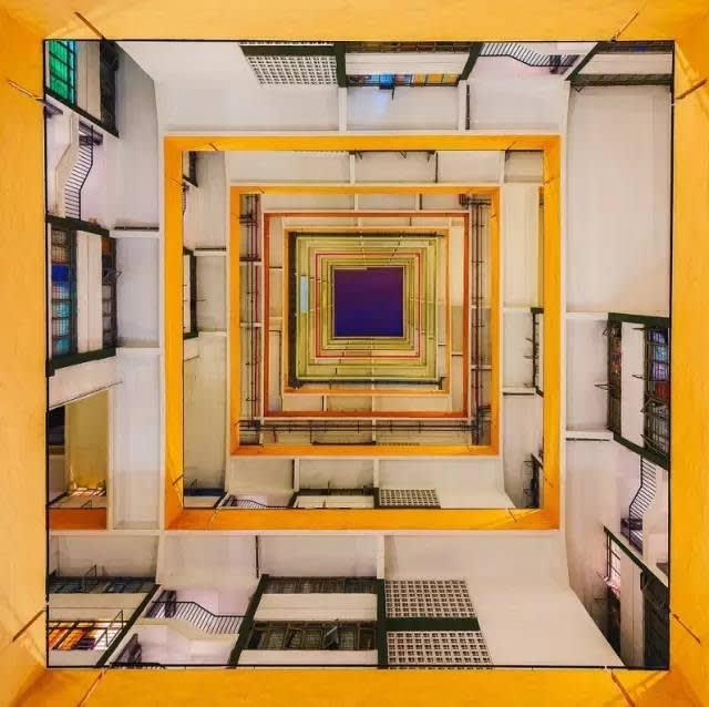 雜 亂 中 藏 著 幾 何 的 規 則 , 激 盪 出 衝 突 美 《The Golden Cube》