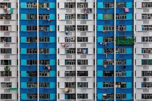 藍 與 白 , 接 續 排 列 。