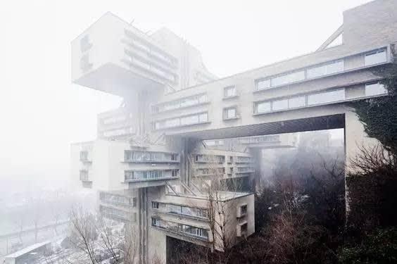 迷 霧 中 的 交 通 部 大 樓 。