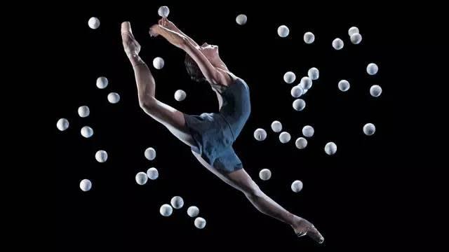 雜 技 與 芭 蕾 的 完 美 混 血 。