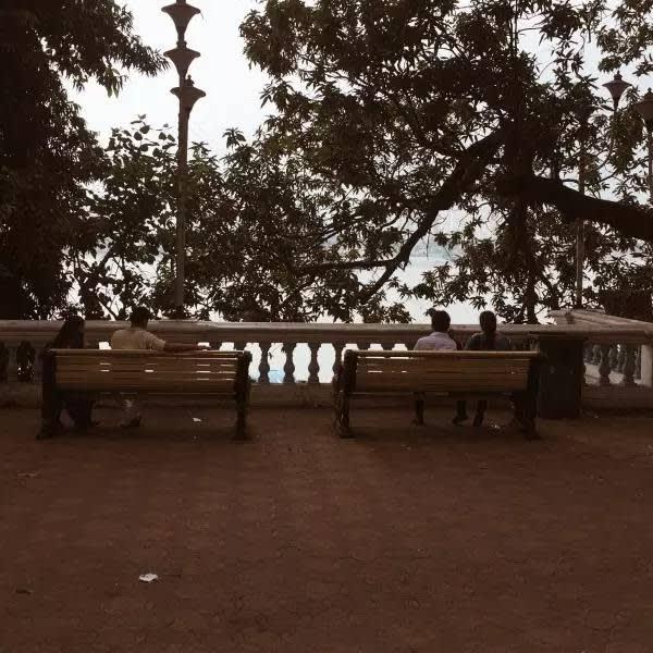 這 樣 愜 意 的 河 邊 小 公 園 , 是 印 度 男 女 約 會 聖 地 , 兩 人 一 椅 , 卿 卿 我 我 , 好 甜 蜜 。