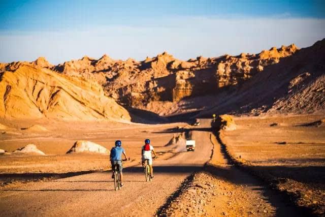 降 雨 量 極 少 的 阿 塔 卡 馬 沙 漠 。