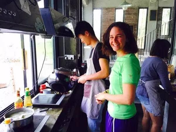 背 包 客 們 一 起 學 做 各 國 料 理 , 非 常 有 趣 。