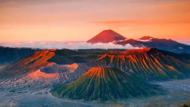 布 羅 莫 火 山。