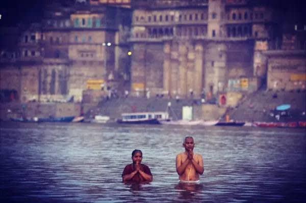 清 晨 , 沐 浴 恒 河 的 夫 妻 。 他 們 雙 手 合 十 , 喃 喃 地 祈 禱 了 一 會 兒 , 然 後 開 始 沐 浴 , 將 水 往 頭 上 潑 , 再 捧 一 口 恒 河 水 往 嘴 裡 送 。