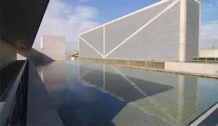 進 館 前 的 大 水 池。