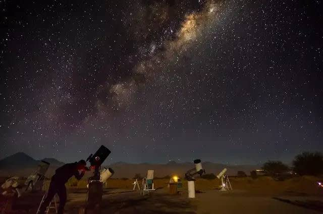 美 國 、 歐 洲 和 日 本 的 科 學 中 心 在 此 建 立 了 37 個 天 文 中 心 。