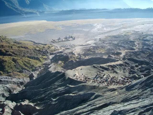徒 步 1 小 時 登 上 布 羅 莫火 山 看 日 出 , 絕 對 不 會 讓 你 失 望 。