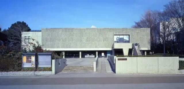 正 方 體 結 構 的 主 建 築 。