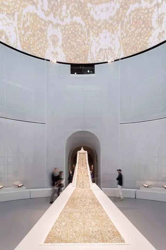 Karl Lagerfeld 為 Chanel 設 計 的 婚 紗 。