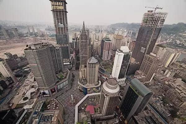 重 慶 繁 華 的 解 放 碑 商 圈 與 老 城 區 十 八 梯 僅 一 街 之 隔 。