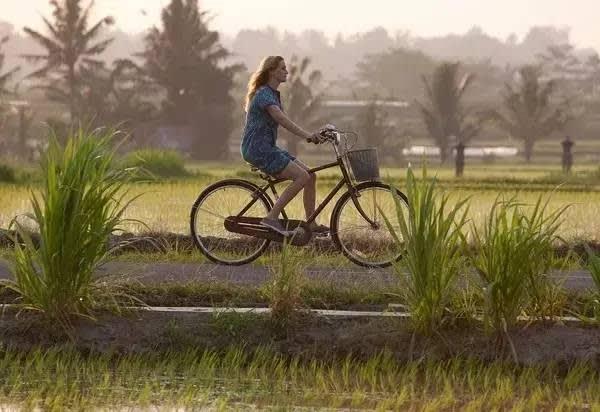 電 影 《 享 受 吧 ! 一 個 人 的 旅 行 (Eat Pray Love) 》劇 照 。