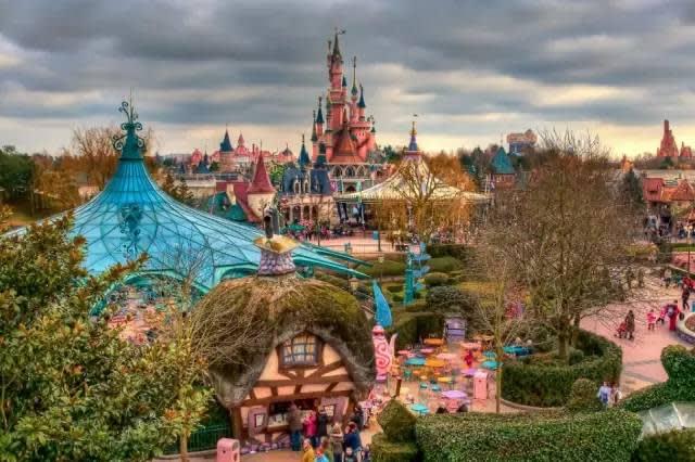巴 黎 迪 士 尼 樂 園 。