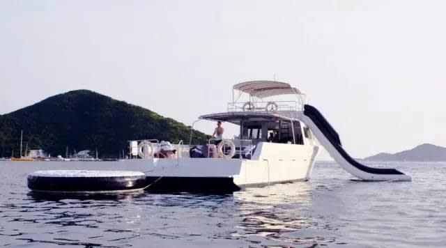 溜 滑 梯 快 艇 , 隨 時 享 受 海 的 沁 涼
