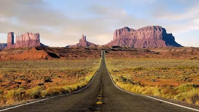 這 條 公 路 橫 貫 了 偏 遠 的 荒 漠 山 谷 。