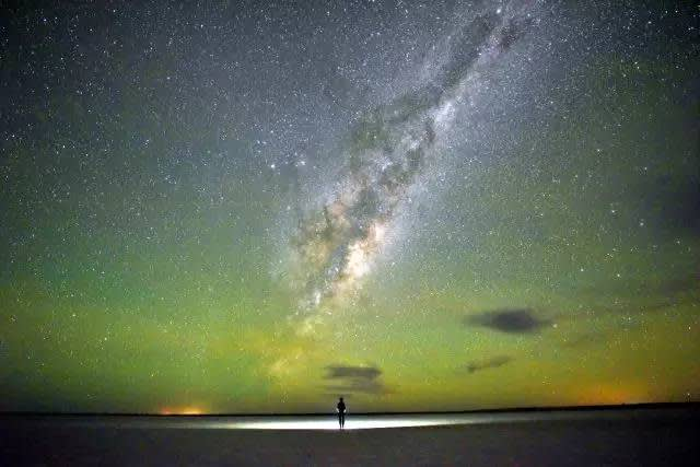 維 多 利 亞 洲 鹽 湖 的 星 空。