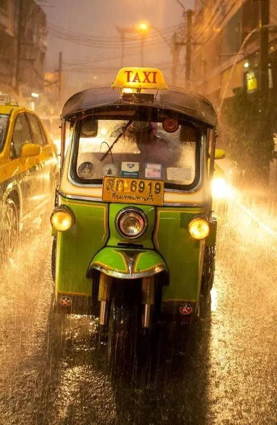 在 傾 盆 大 雨裡 , 和 愛 人 坐 進 搖 晃 的 tutu 車 裡 , 飛 馳 在 大 街 上。