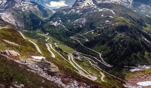 瑞 士 格 里 姆 瑟 爾 山 口 。