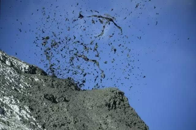 火 山 噴 發 中 。