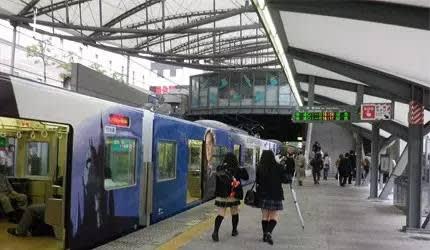 環 球 影 城 車 站 內 景 。