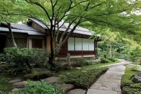 庭院裡的茶室「弘仁亭」也是最棒的小憩之處。 東京藝術聖地