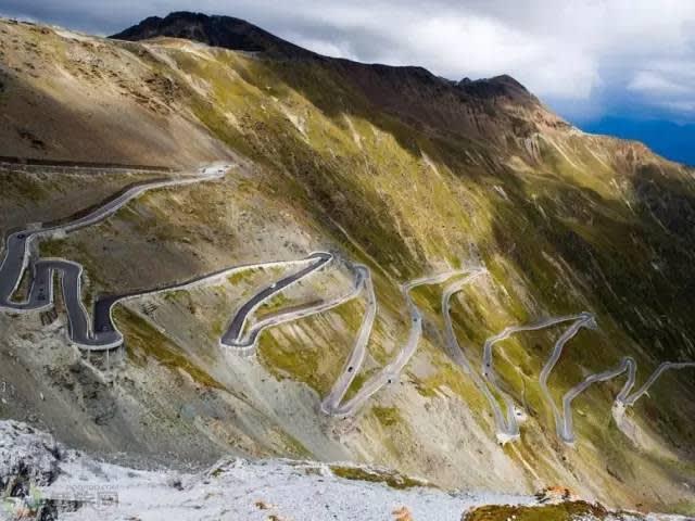 斯 泰 爾 維 奧 山 路 有 著 4 8 個 髮 夾 彎 , 平 均 坡 度 為 7 . 4 % , 非 常 陡 峭 危 險 。