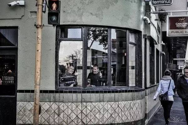 也 有 隔 著 窗 也 要 上 鏡 的 路 人 。
