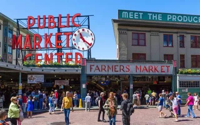 除 了 販 售 各 種 生 鮮 食 品 外 , 這 裡 也 能 吃 到 許 多 美 食 。
