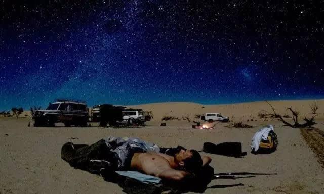 你 也 可 以 像 這 位 朋 友 一 樣 , 在 星 空 中 睡 去 , 多 麼 美 好 啊 !