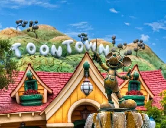 加 州 迪 士 尼 樂 園 。