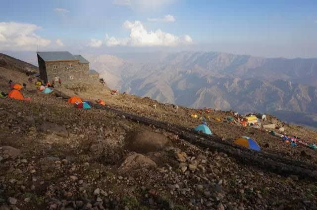 一 路 上 可 看 到 紮 營 的 登 山 者  | flickr@Goran Joka