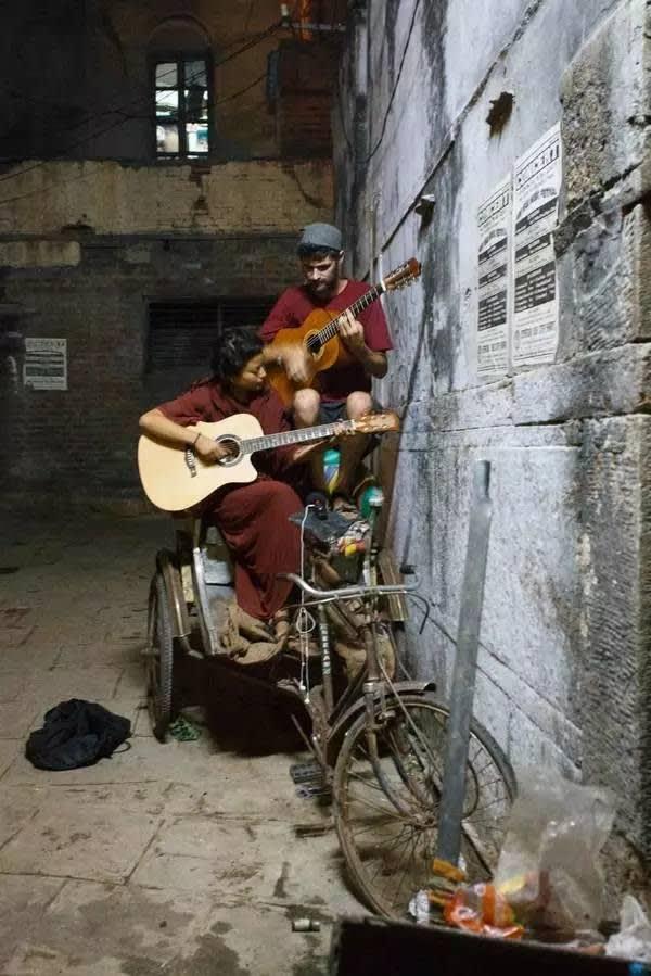 三 輪 車 上 的 音 樂 人 。
