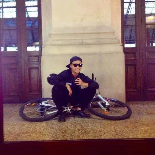 在 法 國 騎 自 行 車 , 遇 到 搶 匪 。
