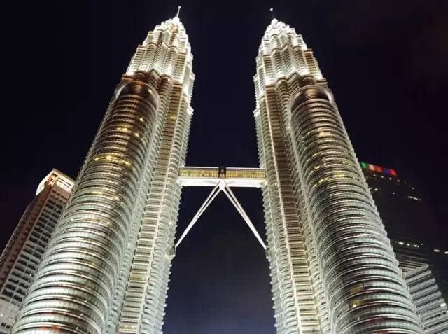 吉 隆 坡 雙 子 塔 。