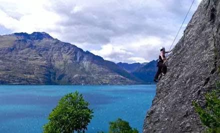 攀 岩 搭 配 大 山 大 湖 美 景 , 應 該 不 會 那 麼 可 怕 吧 !