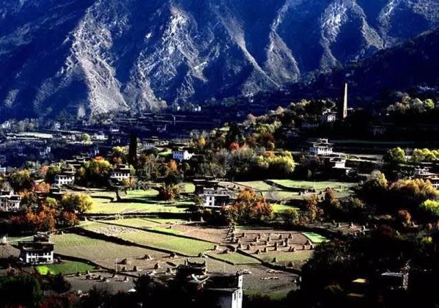 川 藏 路 線 還 得 經 過 幾 座 海 拔 超 過 4000 公 尺 的 山 脈 , 算 是 有 一 定 難 度 的 路 線 。