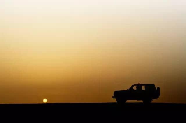 在 迷 濛 的 沙 丘 中 自 駕 | flickr@Fahad Al-Bloushi