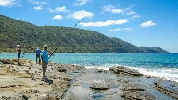 悠 閒 釣 魚 。