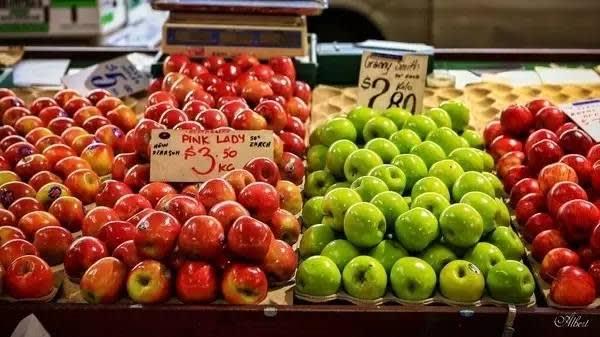 水 果 攤 。