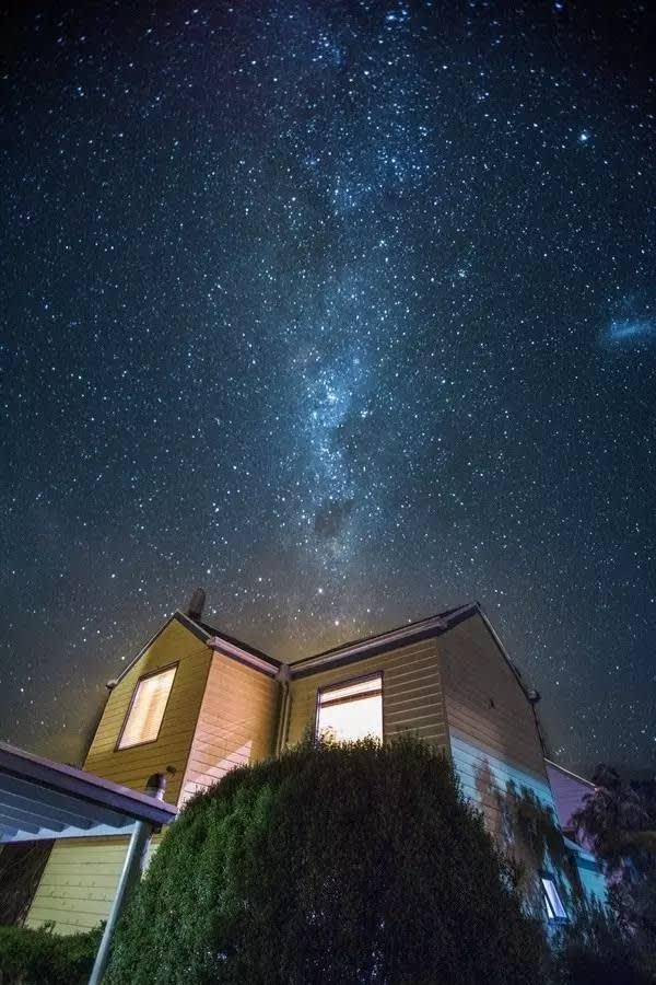 會 看 到 壯 觀 的 銀 河 和 閃 耀 的 南 十 字 星 , 好 像 回 到 了 兒 時 的 夢 中 , 怎 麼 看 也 看 不 夠 。