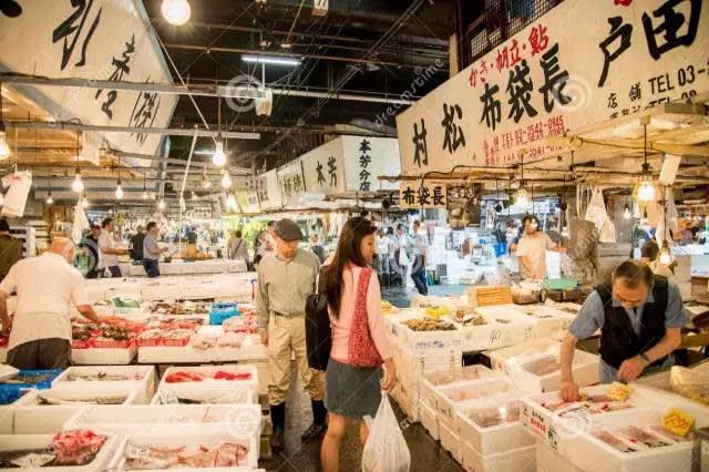 除 了 能 買 到 新 鮮 魚 貨 外 , 你 也 能 在 此 享 用 新 鮮 美 食 。