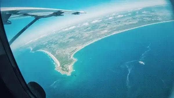 更 可 以 換 個 角 度 看 看 藍 天 和 大 海, 連 自 己 都 融 化 在 那 一 抹 藍 之 中 了 。