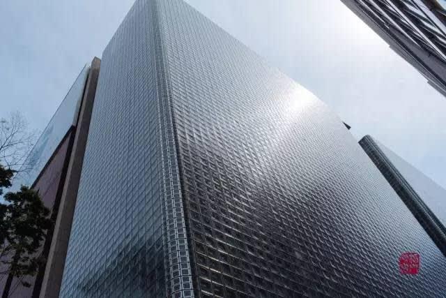 共用13000塊玻璃由大厦頂端懸掛而下。