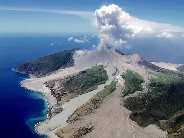 蒙 特 塞 拉 特 火 山 噴 發 。