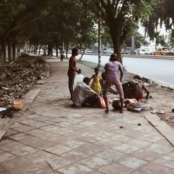 街 邊 生 活 的 一 家 人 , 就 地 起 灶 。