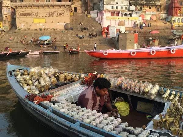 船 上 販 賣 紀 念 品 的 小 攤 販 。