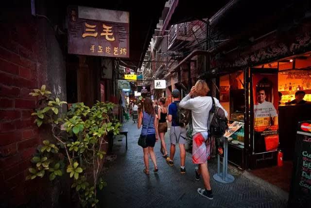 走 在 老 舊 巷 弄 內 , 體 驗 老 上 海 。